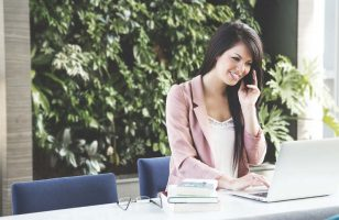 kobieta wykonująca telefon