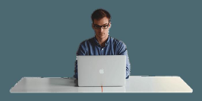 człowiek korzystający z komputera