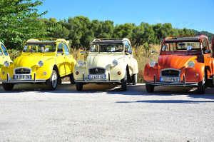 trzy stare samochody