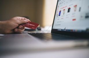 Tradycja kontra nowoczesność. Jak założyć konto osobiste – online czy w oddziale banku?