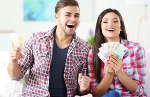 młodzi ludzie z pieniędzmi