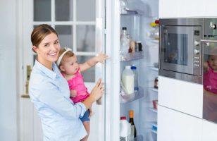 kobieta z dzieckiem w kuchni