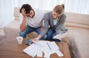 kobieta i mężczyzna przeglądają rachunki
