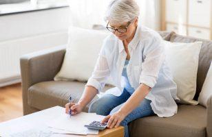 kobieta wypełniająca dokumenty