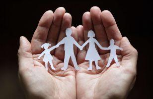 dłonie chroniące rodzinę