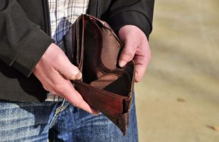 mężczyzna z pustym portfelem