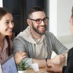 osoby na spotkaniu z pośrednikiem pożyczkowym