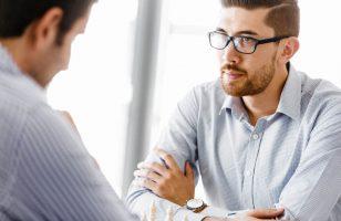 dwóch mężczyzn rozmawiających ze sobą
