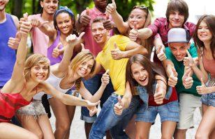 zadowoleni młodzi ludzie