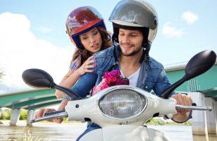 mężczyzna i kobieta na skuterze