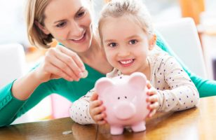matka i córka oszczędzają pieniądze