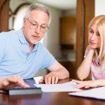 małżeństwo obliczające koszty kredytu