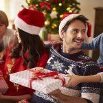 wręczanie świątecznych prezentów