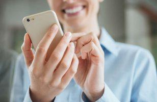 kobieta szukająca mobilnej pożyczki