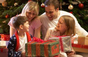 rodzina otwierająca świąteczne prezenty