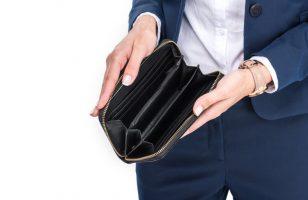 kobieta zaglądająca do pustego portfela