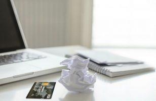 laptop gotówka i karta kredytowa