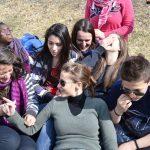 grupa młodzieży na spotkaniu