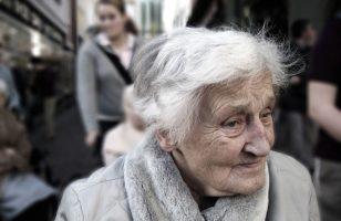 starsza pani w przestrzeni miejskiej