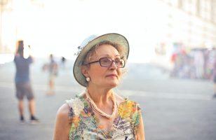 starsza pani w kapeluszu we Florencji