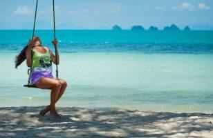 dziewczyna na plaży na huśtawce