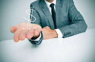 mężczyzna w garniturze wyciągający dłoń z symbolem dolara