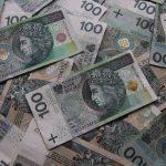 rozrzucone banknoty o nominale 100 zł