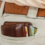 portfel wystający z kieszeni w spodniach