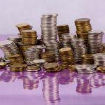 stosy monet w jednym miejscu