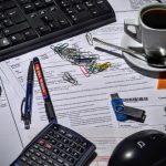 urządzenia biurowe i bałagan na biurku