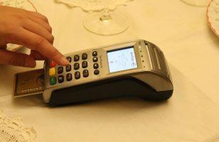 płacenie kartą poprzez terminal płatniczy