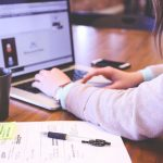 kobieta przy laptopie podczas pracy