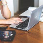 kobieta podczas pracy biurowej z laptopem na stole