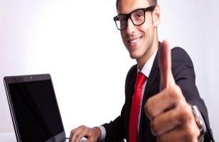 uśmiechnięty mężczyzna z kciukiem