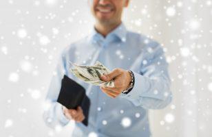 mężczyzna trzymający w rękach garść banknotów