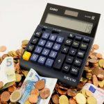 kalkulator i rozsypane pieniądze