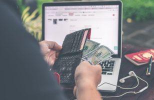 osoba badająca zawartość banknotów w portfelu
