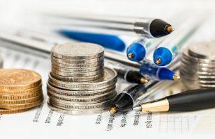 dużo długopisów i ułożony stos monet
