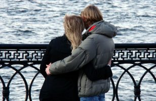 zakochane osoby w uścisku