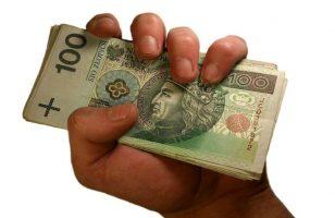 plik banknotów w dłoni