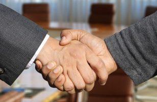 uścisk dłoni między dwoma osobami