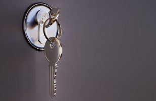 klucze w zamku w drzwiach