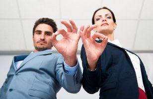 dwie osoby wskazujące gest ok