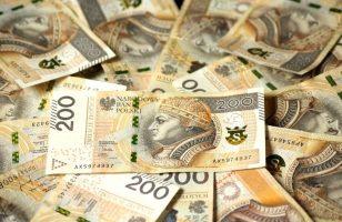 dużo banknotów o nominale 200 zł