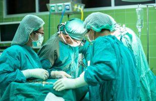 grupa chirurgów podczas operacji