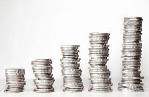 stosy srebrnych monet obok siebie