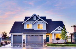 dom z niebieską elewacją