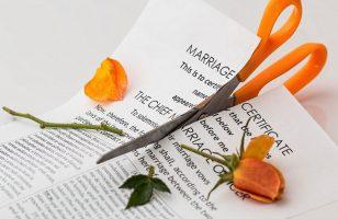 nożyczki przecinające dokumenty dotyczące zawarcia małżeństwa