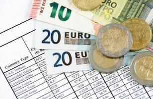 kilka banknotów euro i karta z obliczeniami