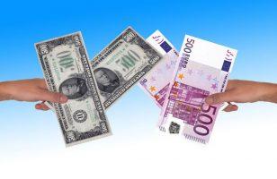 osoby wymieniające się dolarami i banknotami euro na niebieskim tle